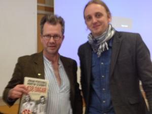 Mathias Zachariassen från Miljöpartiet i Nacka träffar Martin Schibbye på Nacka gymnasium