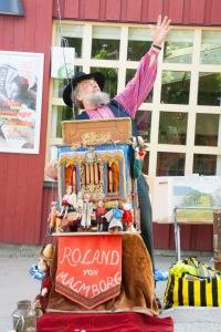 Trubadur Roland von Malmborg spelade på Orminge Karneval för Miljöpartiet de gröna i Nacka.