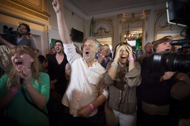 Så här glada blev våra toppkandidater Peter Eriksson och Isabella Lövin när valresultatet presenterades på Miljöpartiets valvaka på Södra Teatern. Foto: Fredrik Hjerling.