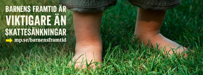 Barnfötter i gräs. Barnens framtid är viktigare än skattesänkningar. Miljöpartiet