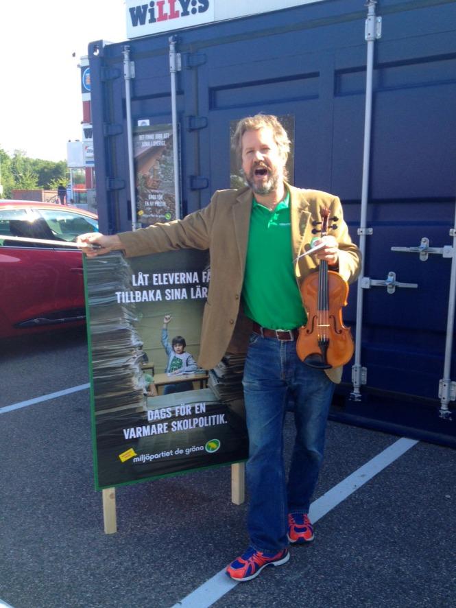 Mathias Zachariassen, operasångare och ersättare i kulturnämnden i Nacka, bjuder på opera och fiolspel vid vår valstuga i Orminge.