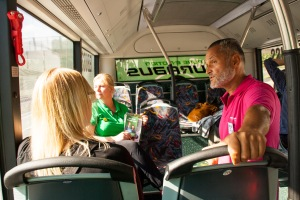 Sidney Holm, språkrör i Miljöpartiet i Nacka, guidar på vår busstur på Västra Sicklaön.
