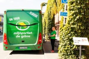 Louise Ollivier, ordförande i MP Nacka, kampanjar vid elbussen.