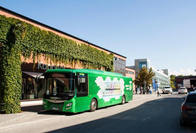 Grön elbuss. Miljöpartiets kampanjbuss på turnén i Nacka.