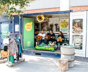Bandet Kort Tåg spelar och sjunger om miljön och samhället i Miljöpartiet de gröna i Nackas valcontainer i Sickla.
